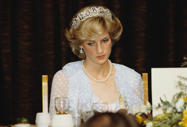 princess diana wedding pictures. Princess Diana wears the