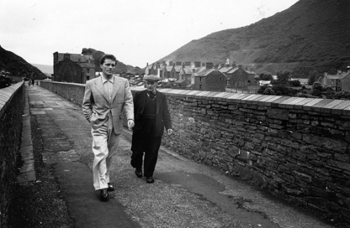 Richard Burton with his father Richard Jenkins in Welsh mining village Pontrhydfen in 1953. ©Getty