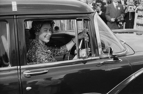 the-queen-driving-polo-match-windsor-1958-z